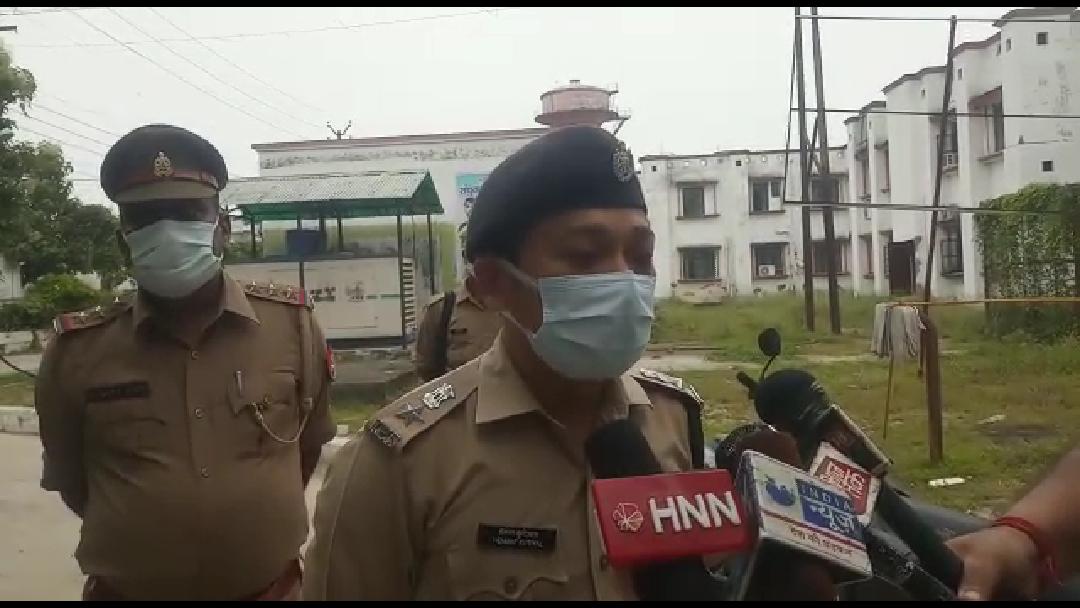 उतरौला पुलिस कि बदमाशों से मुठभेड़, 50 हजार के इनामिया  बदमाश के पैर में लगी गोली,एक पुलिस कर्मी भी हुआ घायल देखिए रिपोर्ट