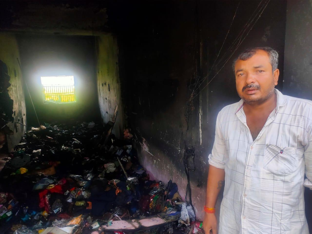 गालिबपुर चौराहे पर सतीश श्रीवास्तव के जूता चप्पल और रेडीमेड कपड़े की दुकान में लगी आग लाखों का सामान हुआ खाक