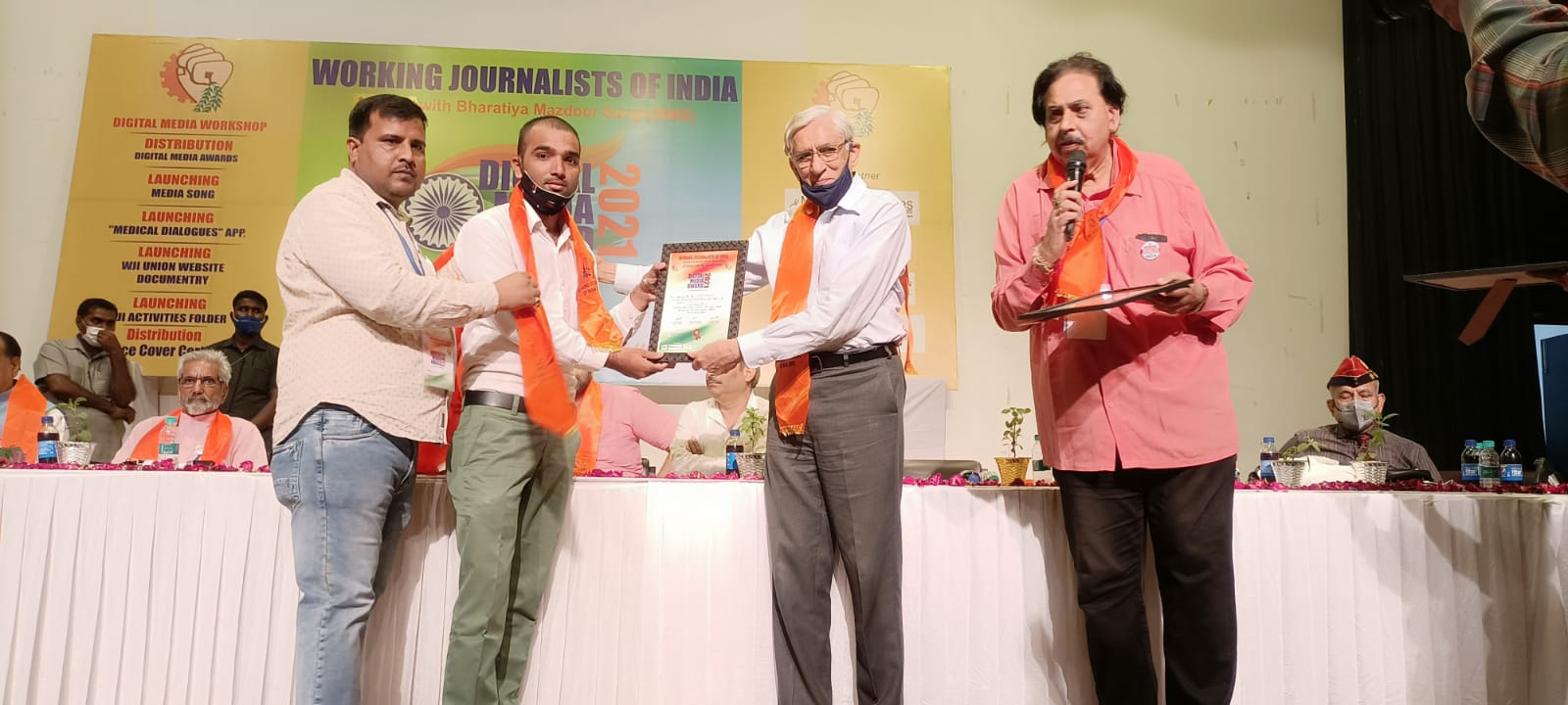 केंद्रीय राज्य मंत्री एसपी सिंह बघेल की उपस्थिति में जनपद बलरामपुर के पत्रकार अनवार अहमद को  दिल्ली में किया गया सम्मानित