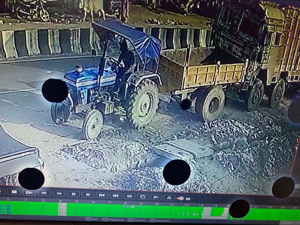 नौसढ़ में गुप्ता ट्रेडर्स के घर के सामने खड़ी ट्रैक्टर ट्राली को चोरों ने उड़ायाचोर की करतूत सीसीटीवी कैमरे में हुई कैद