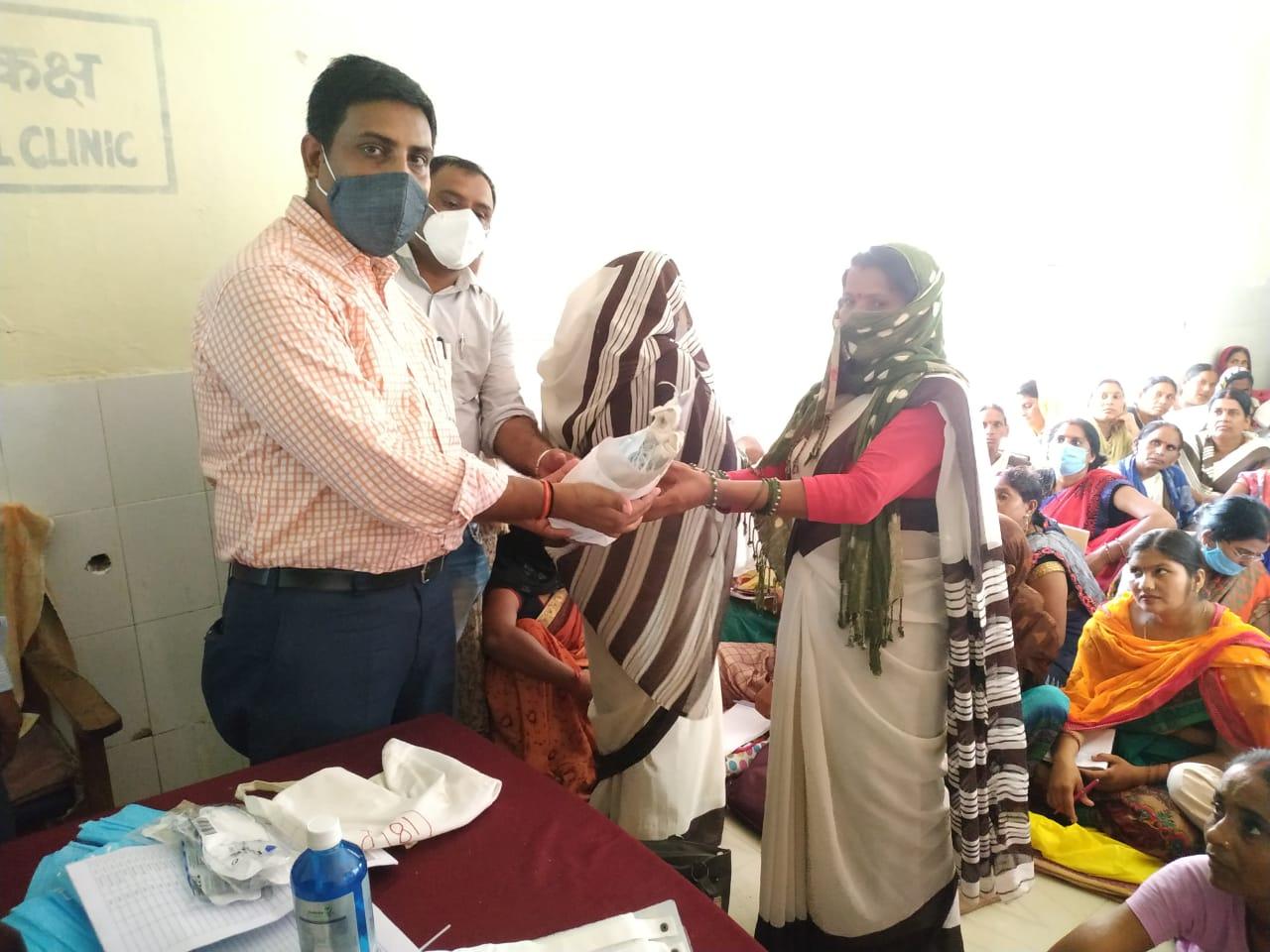 सीएचसी तुलसीपुर अधीक्षक डॉ सुमन सिंह चौहान की अध्यक्षता में हुआ कोविड किट का वितरण पढ़िए रिपोर्ट